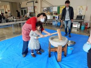 【キーパー労組】写真②子どもも大人に手伝ってもらいながら頑張ります!